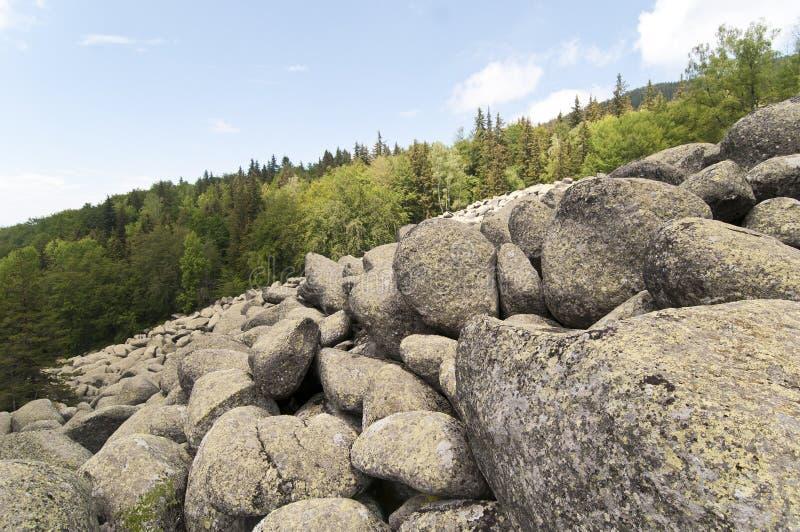 Pedras grandes do granito do rio de pedra em Rocky River Vitosha National Park, Bulgária fotos de stock