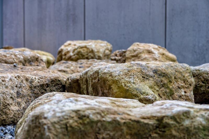 Pedras grandes para a construção de um terraço imagem de stock