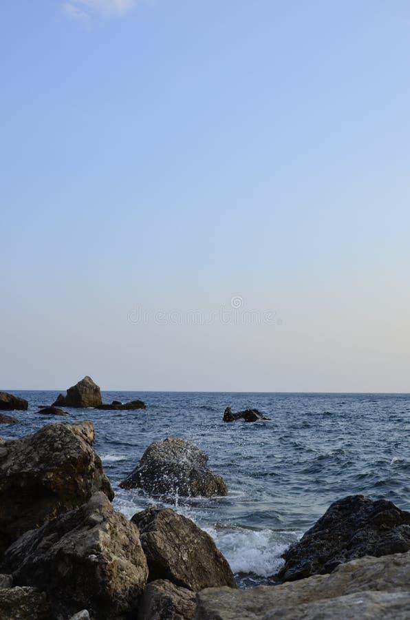 Pedras lavadas pela água do mar imagem de stock