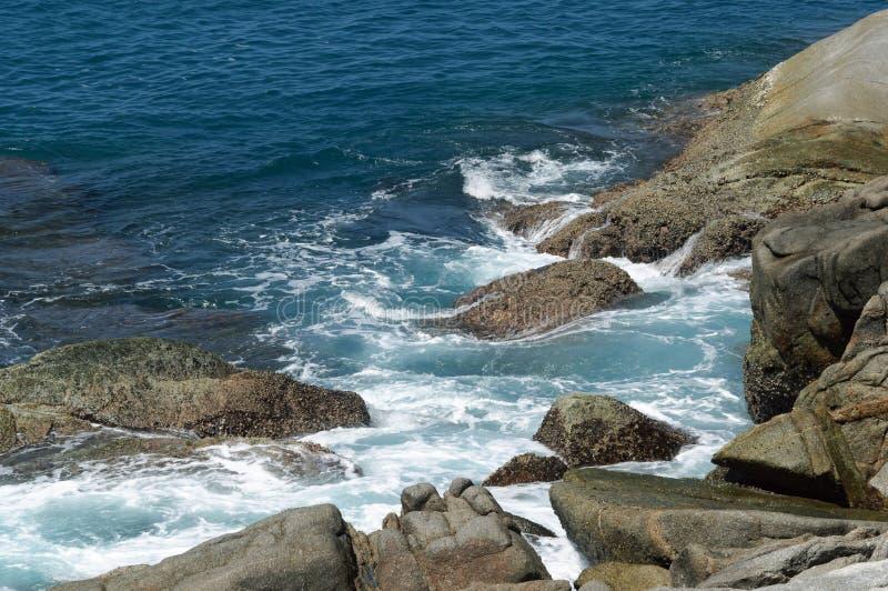 Pedras litorais e costa rochosa do mar de Andaman, fotos de stock royalty free