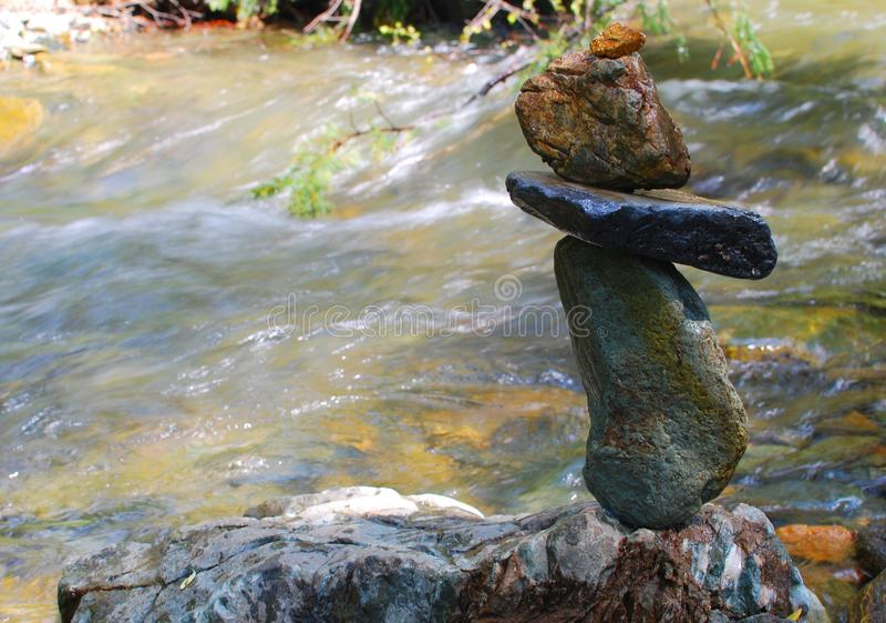 Pedras molhadas que equilibram no rio da montanha imagens de stock