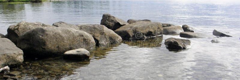 Pedras na água fotografia de stock