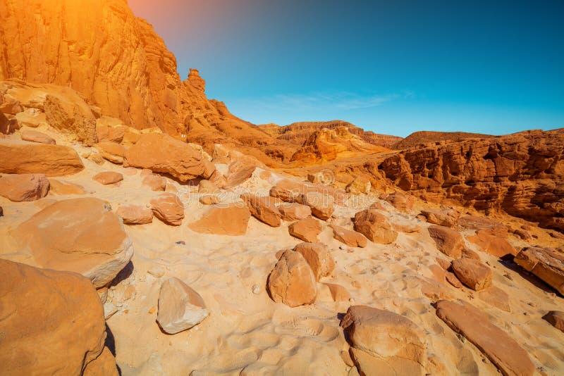 Pedras na areia perto das montanhas no deserto imagens de stock royalty free