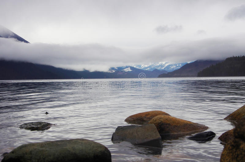 Pedras na costa do lago fotografia de stock royalty free