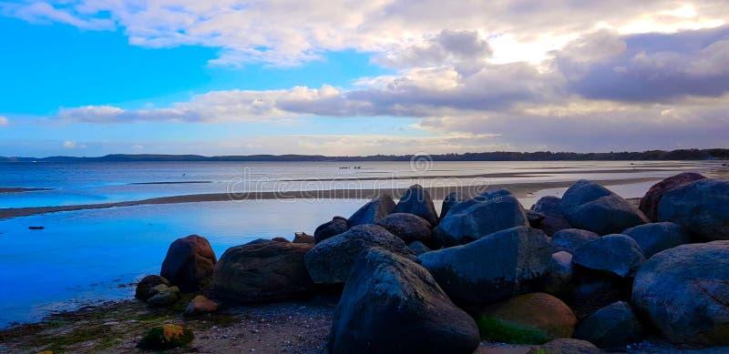Pedras na praia do Mar do Norte imagem de stock