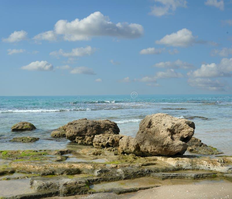 Pedras na praia do mar Palmahim, Rishon LeZion, Israel foto de stock