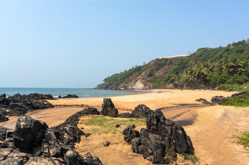 Pedras nas costas arenosas da praia Uma praia pública, Vasco da Gama fotos de stock royalty free