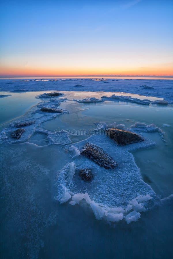 Pedras no mar no gelo imagem de stock