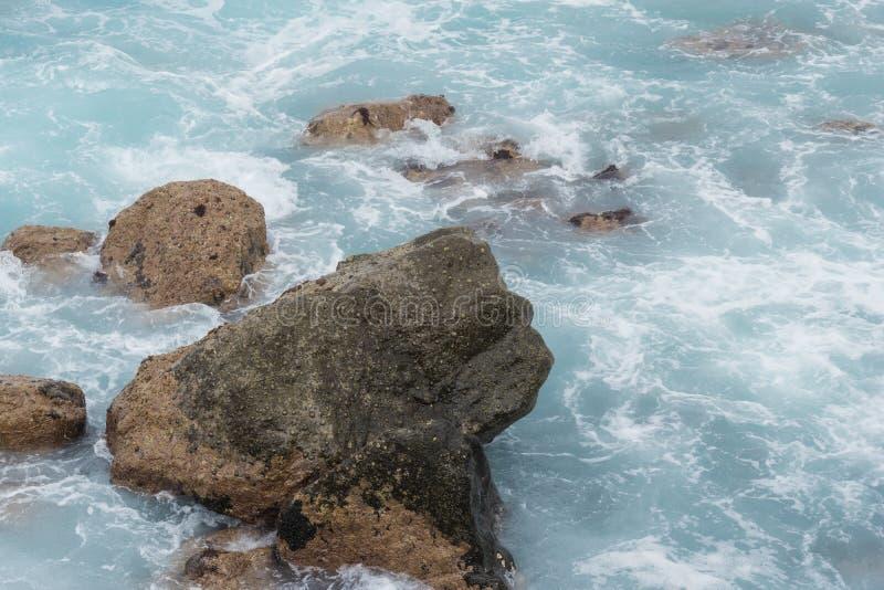 Pedras no oceano e nas ondas paisagem bonita dos azuis celestes das Ilhas Can?rias foto de stock royalty free