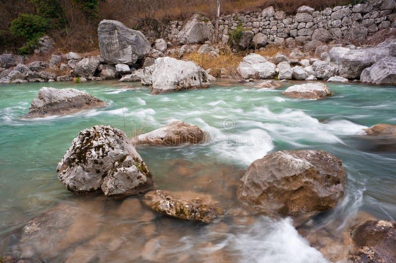 Pedras no rio da montanha. imagens de stock