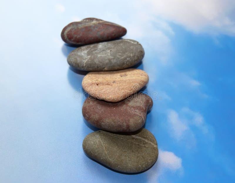 Pedras para procedimentos dos termas do céu azul. imagens de stock royalty free