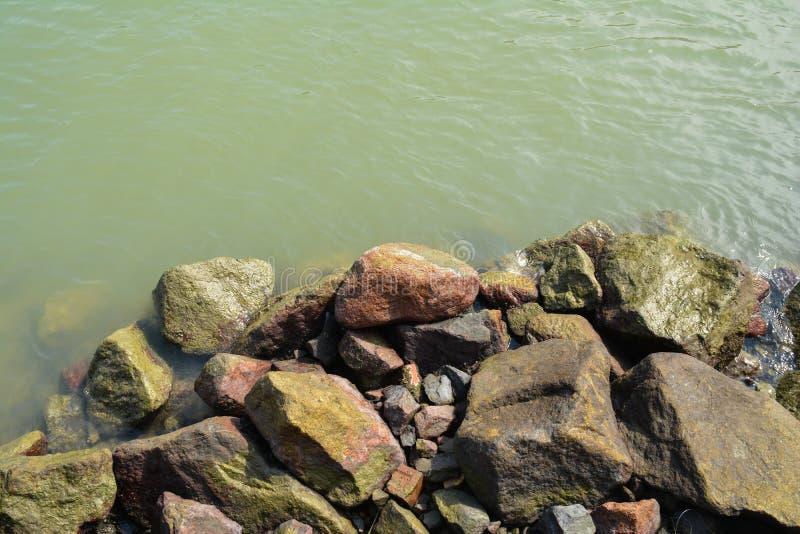 Pedras pelo rio fotos de stock