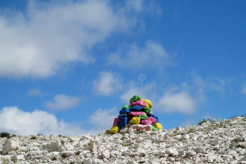 Pedras pintadas na passagem de montanha foto de stock