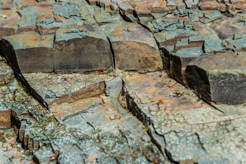 Pedras pisadas na costa do rio Textura natural foto de stock