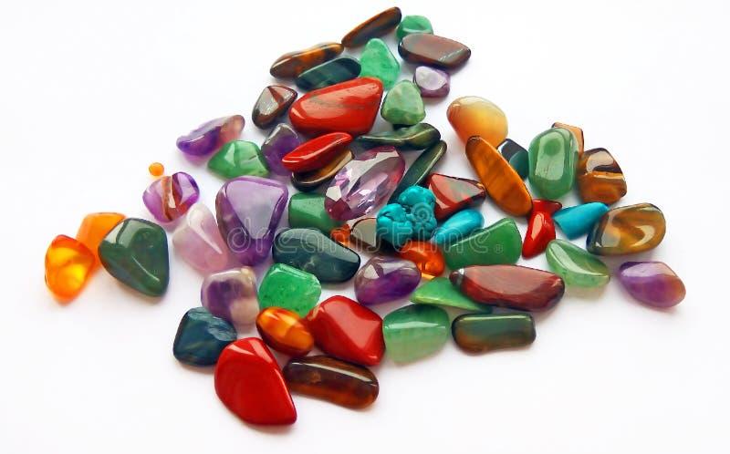 Pedras preciosas e gemas semi preciosas coloridas brilhantes naturais no fundo branco fotos de stock royalty free