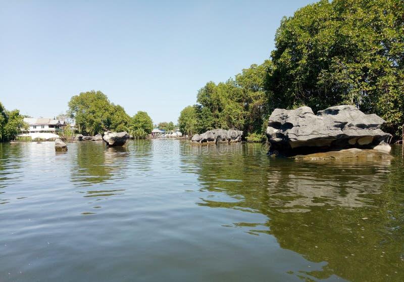 Pedras pretas ao longo do rio de Pute fotos de stock royalty free