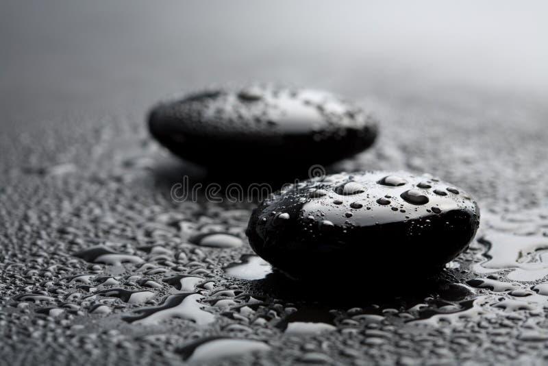 Pedras pretas do zen com gotas da água imagem de stock royalty free