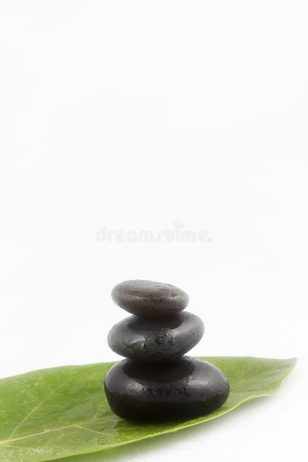 Pedras pretas equilibradas do zen foto de stock