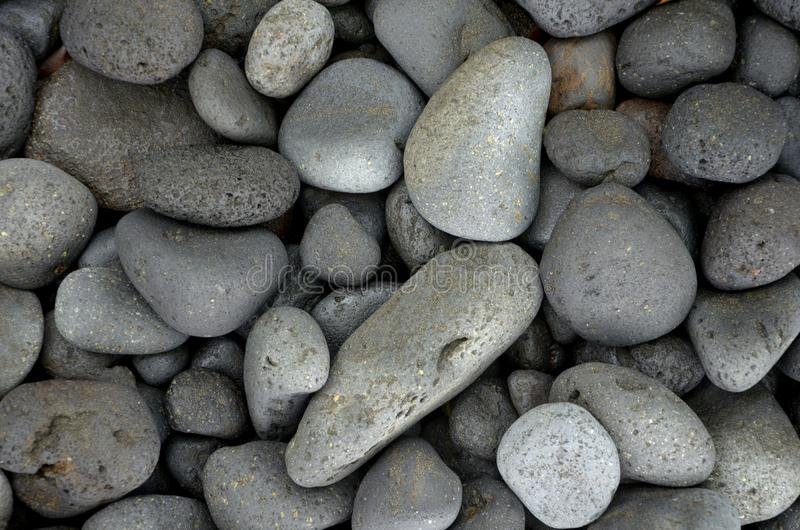 Pedras redondas bonitas do basalto no beira-mar fotografia de stock royalty free