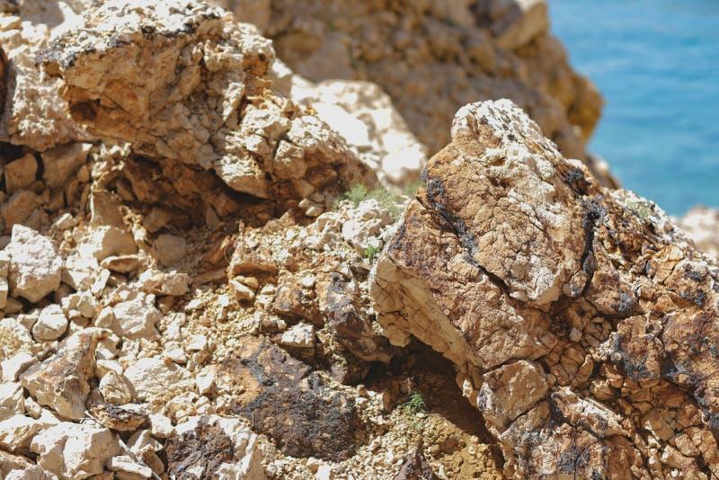 Pedras rochosas do contraste brilhante e alto no porto na Croácia imagem de stock royalty free