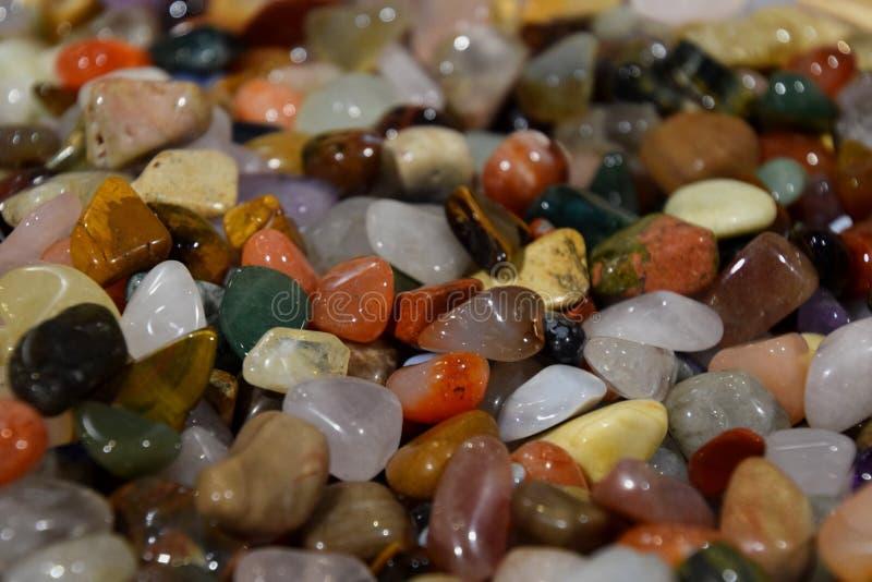 Pedras semi preciosas, seixos de pedra Multicolour imagem de stock