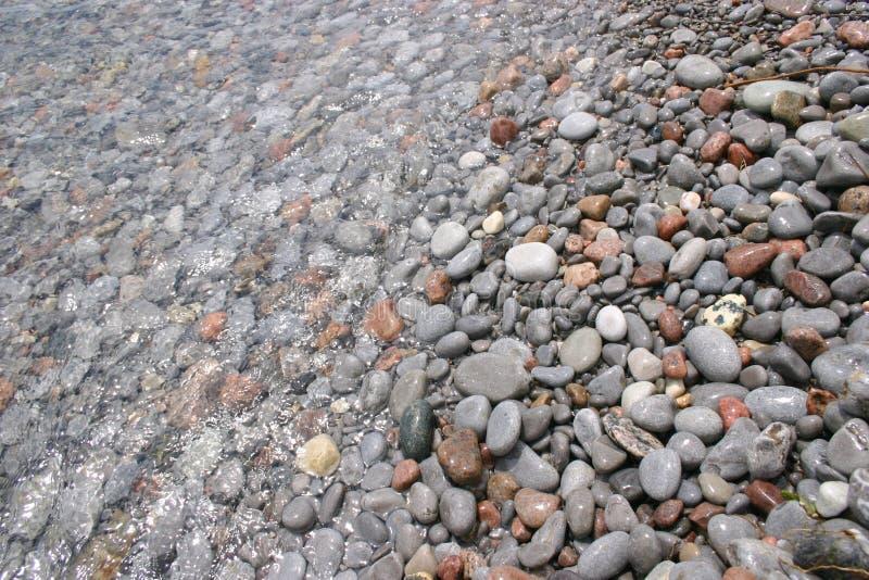 Pedras sob a água fotografia de stock