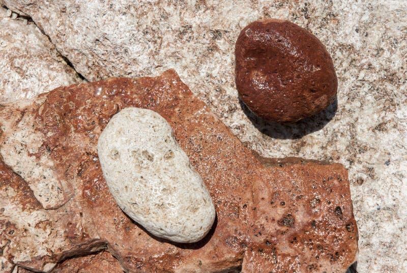 Pedras vermelhas e brancas de Yin Yang foto de stock