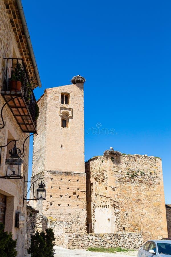 Pedraza, Castiglia Y Leon, Spagna: rovine di Iglesia de Santa Maria con i nidi dell'uccello gigante sulla cima immagini stock