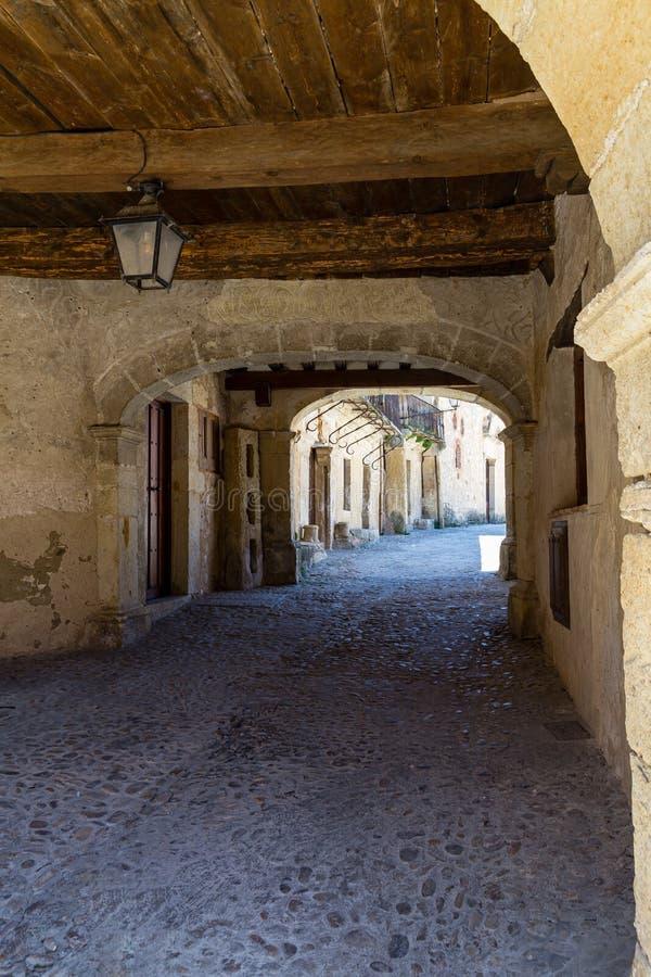 Pedraza, Castilla Y León, España: callejón cubierto detrás del alcalde de la plaza imagenes de archivo