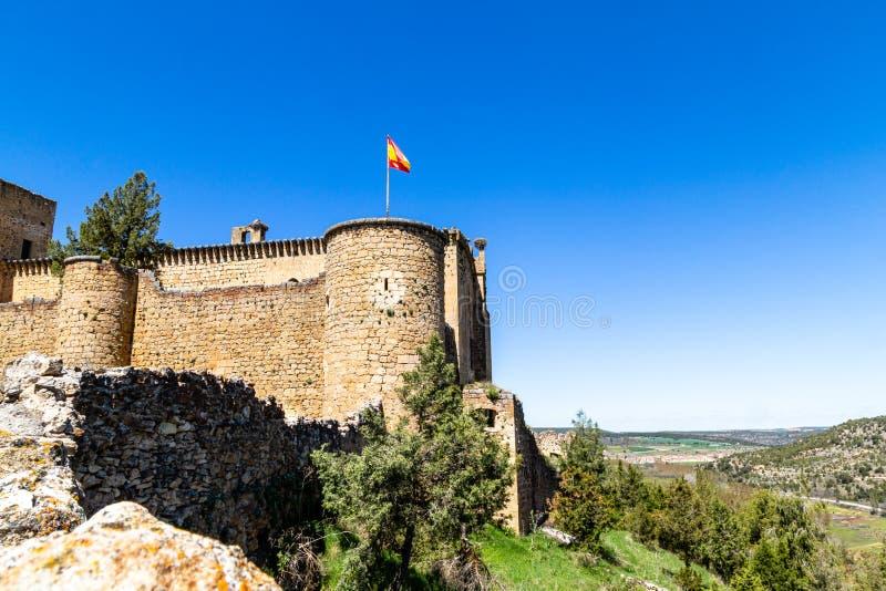 Pedraza, Castilla Y León, España: Castillo de Pedraza que hace frente al acantilado foto de archivo libre de regalías