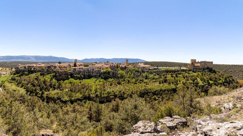 Pedraza, Castilla Y León, España: panorama del pueblo de Pedraza de Mirador el Tungueras, con Sierra de Guadarrama detrás fotos de archivo libres de regalías