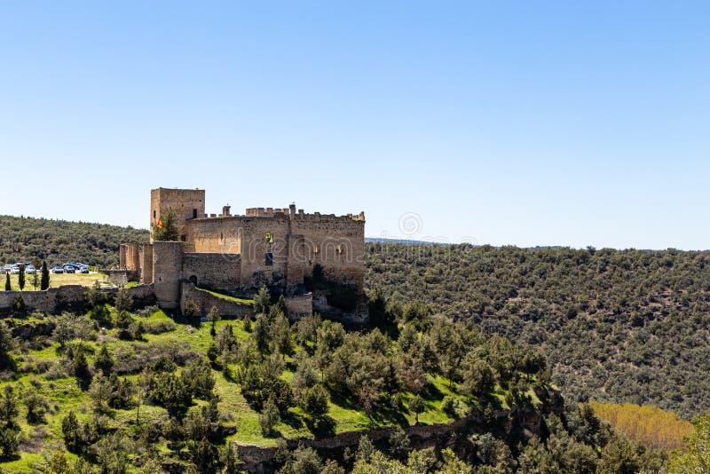 Pedraza, Castilla Y León, España: vista del castillo de Pedraza encaramada en un acantilado de Mirador el Tungueras imagen de archivo