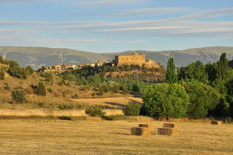 Pedraza slott vid solnedgången, Castileregion, Spanien arkivfoton