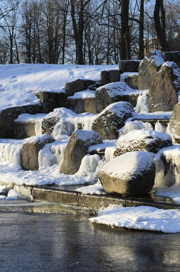 Pedregulhos cobertos de neve em uma cachoeira congelada imagem de stock royalty free