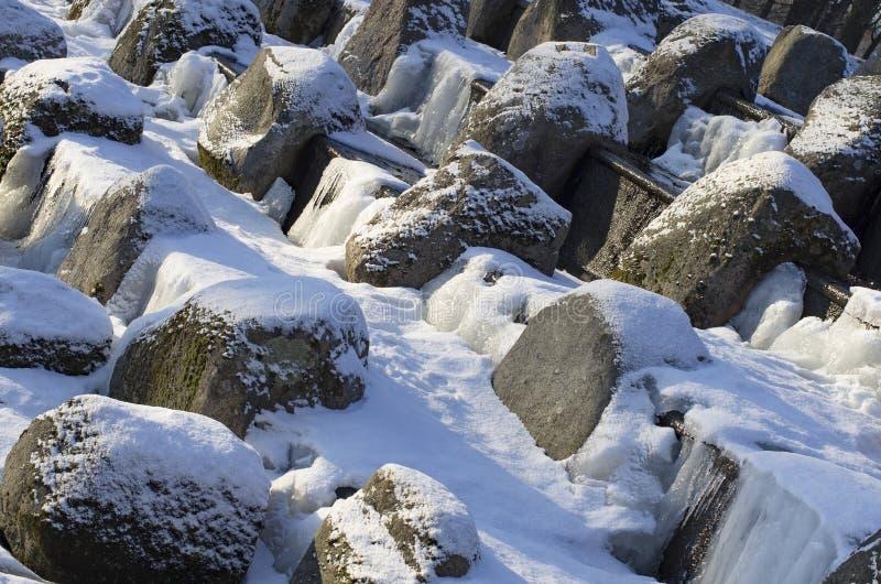 Pedregulhos cobertos de neve na cascata do granito foto de stock royalty free
