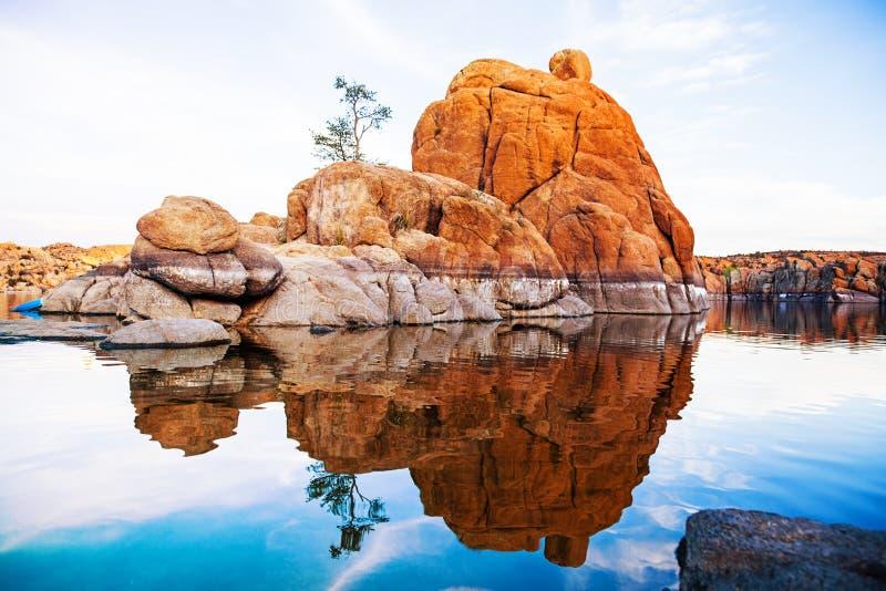 Pedregulhos com a árvore em Watson Lake - o Arizona imagens de stock