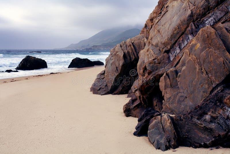 Pedregulhos, costa, praia de Garrapata, Califórnia foto de stock