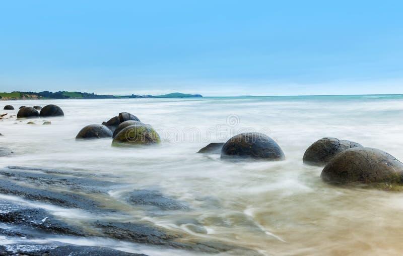 Pedregulhos de Moeraki na praia de Koekohe foto de stock royalty free
