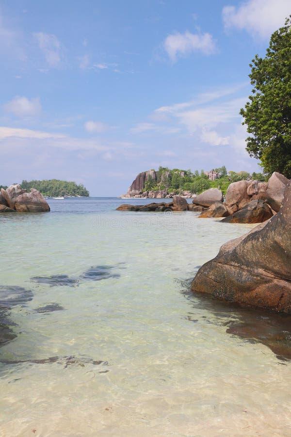 Pedregulhos e rochas no golfo Anse Islette, porto Glod, Mahe, Seychelles imagem de stock