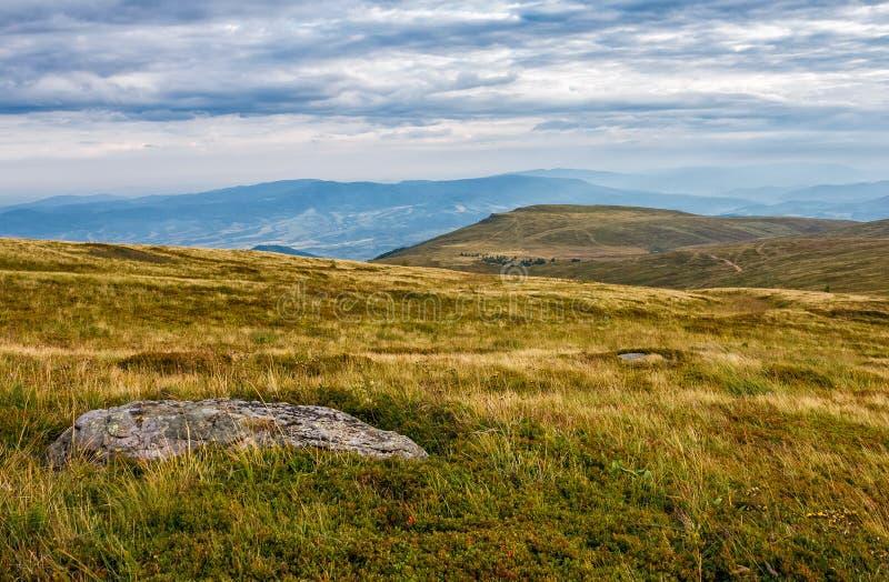 Pedregulhos enormes no prado sobre o cume da montanha fotografia de stock royalty free