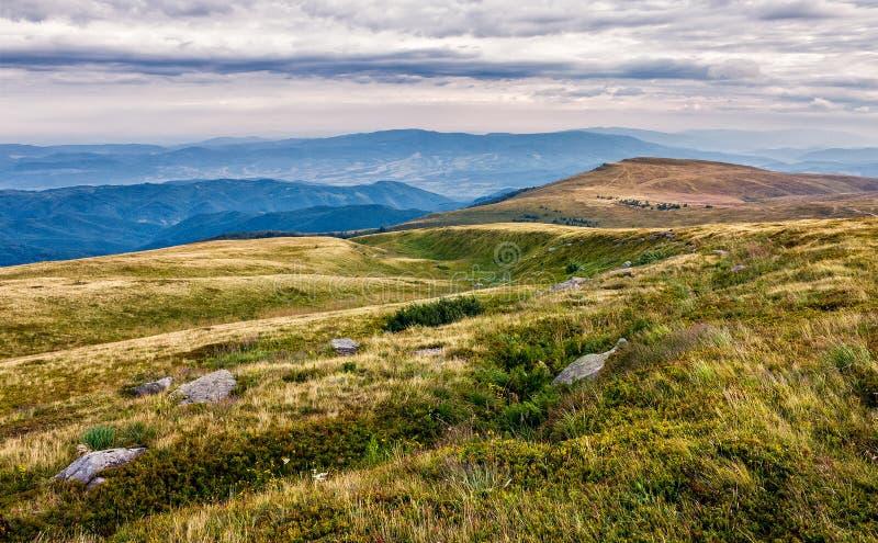 Pedregulhos enormes no vale sobre o cume da montanha foto de stock