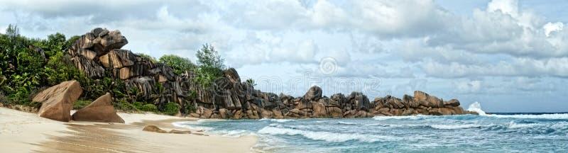 Pedregulhos espetaculares na praia da ilha tropical fotografia de stock royalty free
