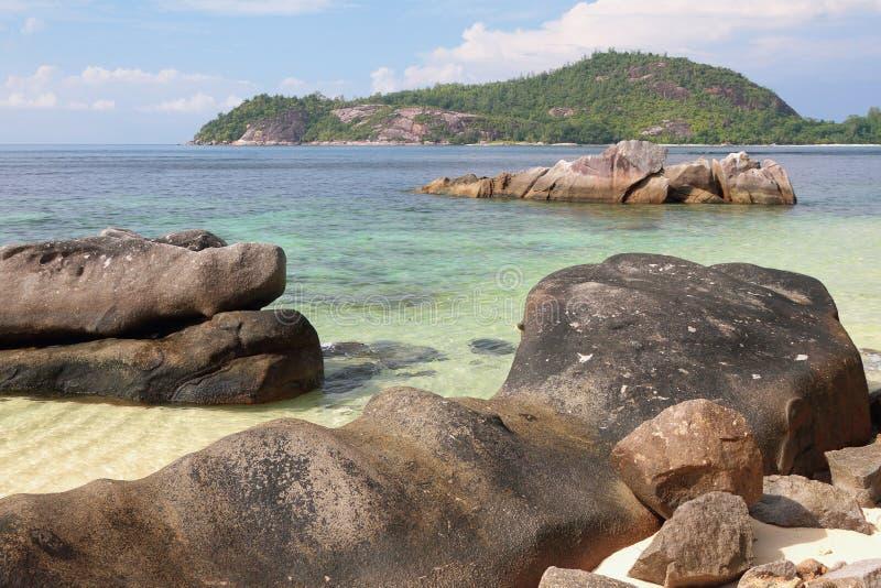 Pedregulhos na costa do golfo Anse Islette Porto Glod, Mahe, Seychelles foto de stock