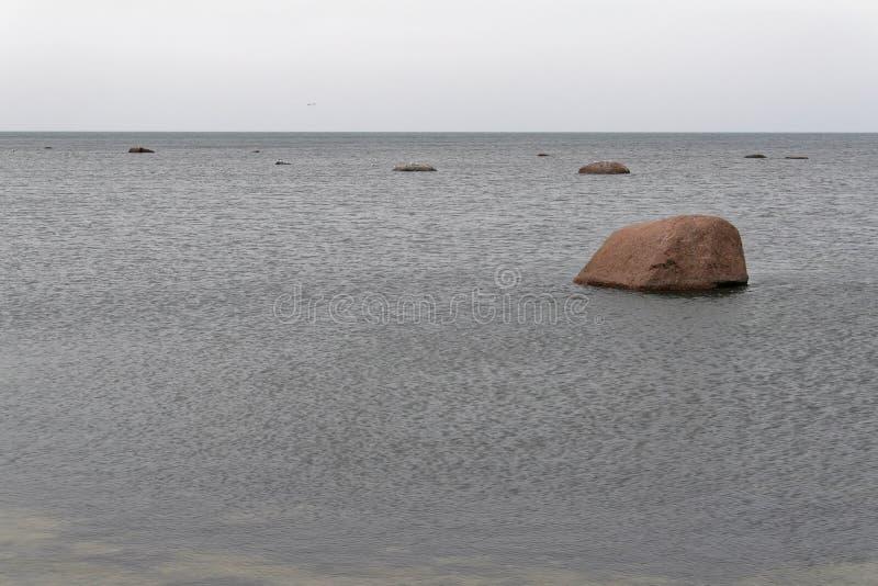 Pedregulhos na costa do mar Báltico imagem de stock