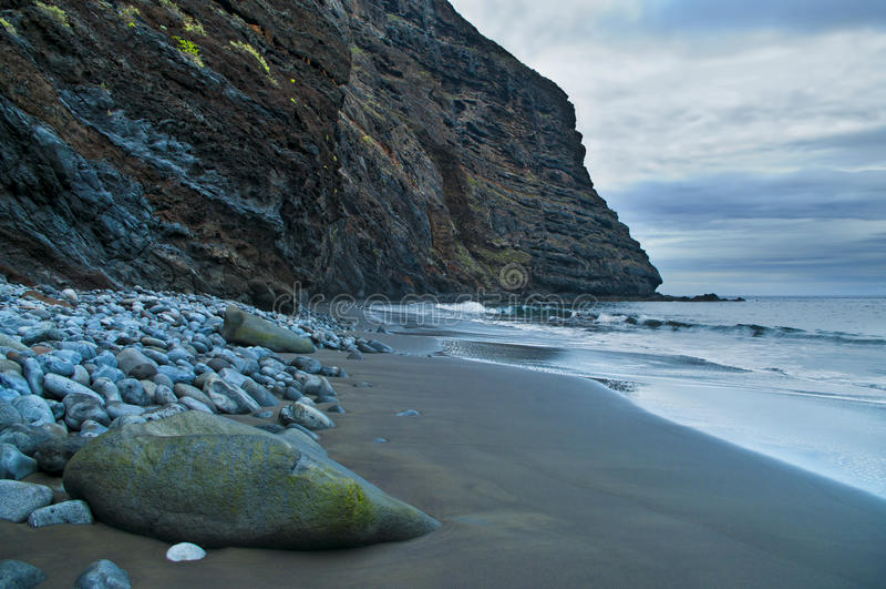 Pedregulhos na costa rochosa fotografia de stock royalty free