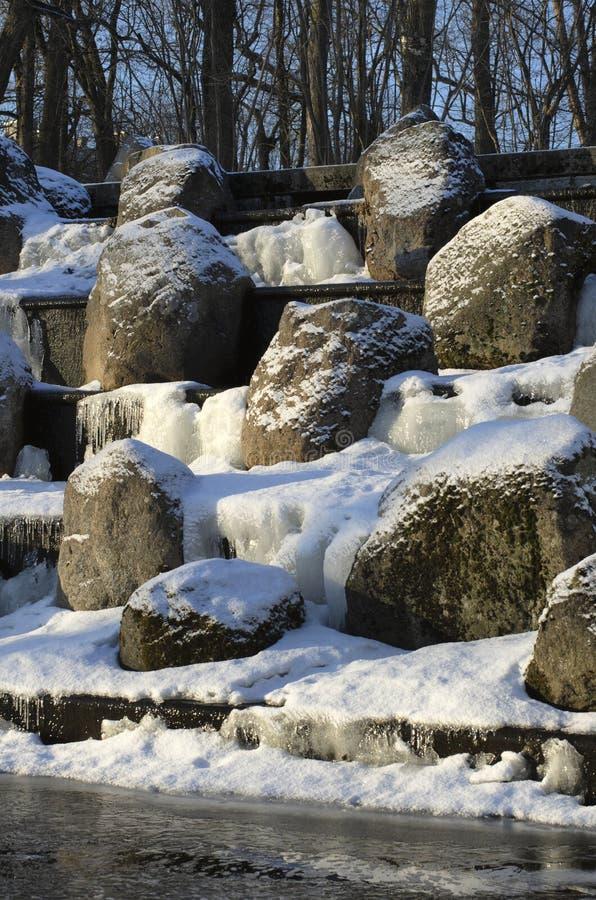 Pedregulhos nevado na cachoeira congelada imagem de stock royalty free