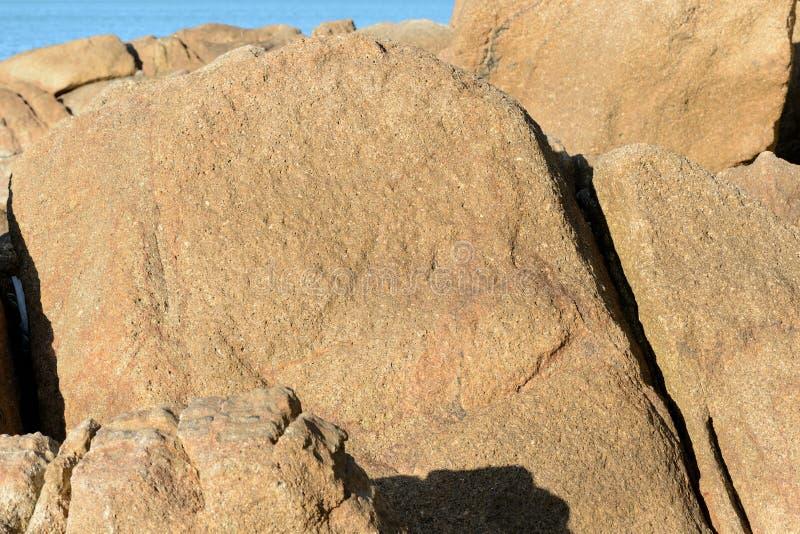 Pedregulhos no fundo de pedra natural da costa de mar imagens de stock