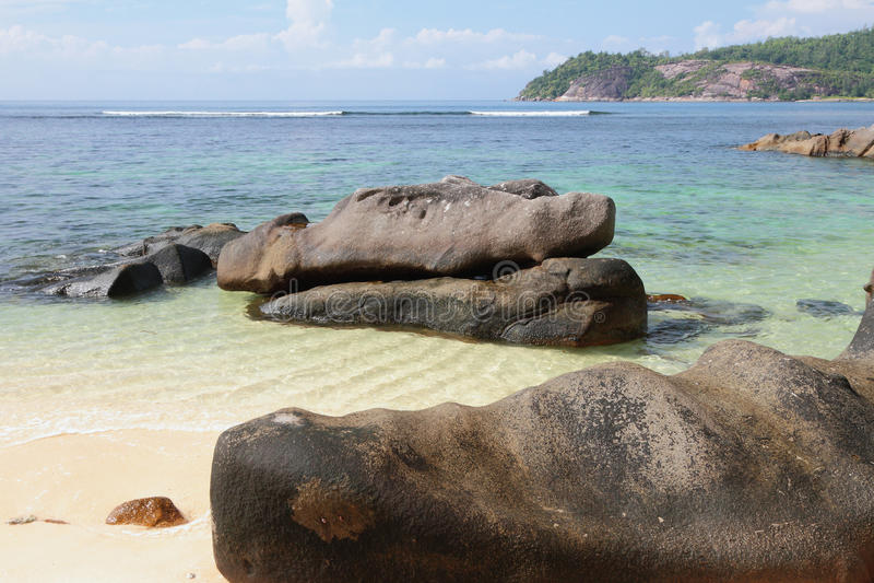 Pedregulhos no golfo Anse Islette da costa, porto Glod, Mahe, Seychelles imagens de stock royalty free