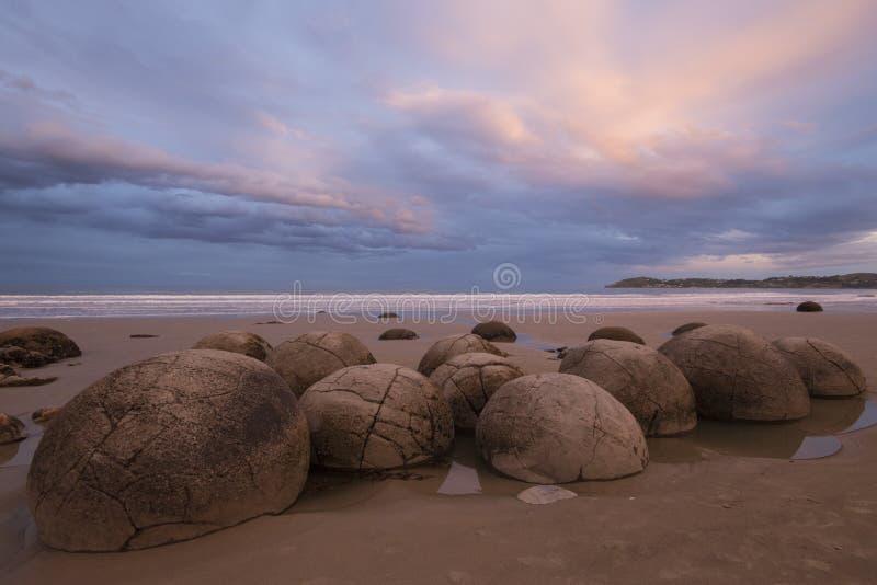 Pedregulhos no por do sol, Nova Zelândia de Moeraki imagem de stock royalty free