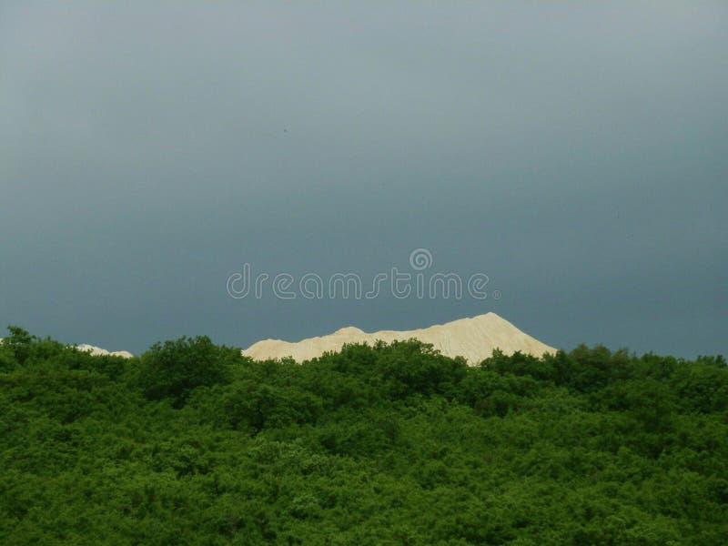 Pedreira da areia e uma floresta imagens de stock